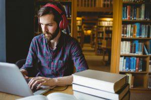 ouvir música ajuda na criatividade